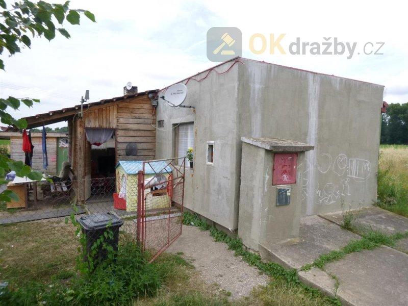 Podíl na garáži v obci Hrochův Týnec, okr. Chrudim spolu s podíly na pozemcích
